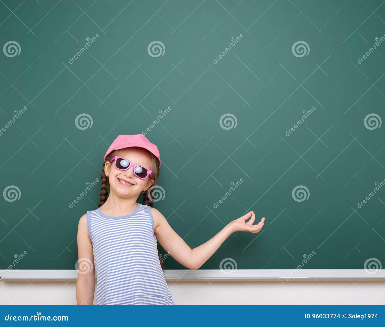 Uczennicy sztuka blisko blackboard Chwyty coś w ona ręki Opróżnia przestrzeń jest edukacja starego odizolowane pojęcia