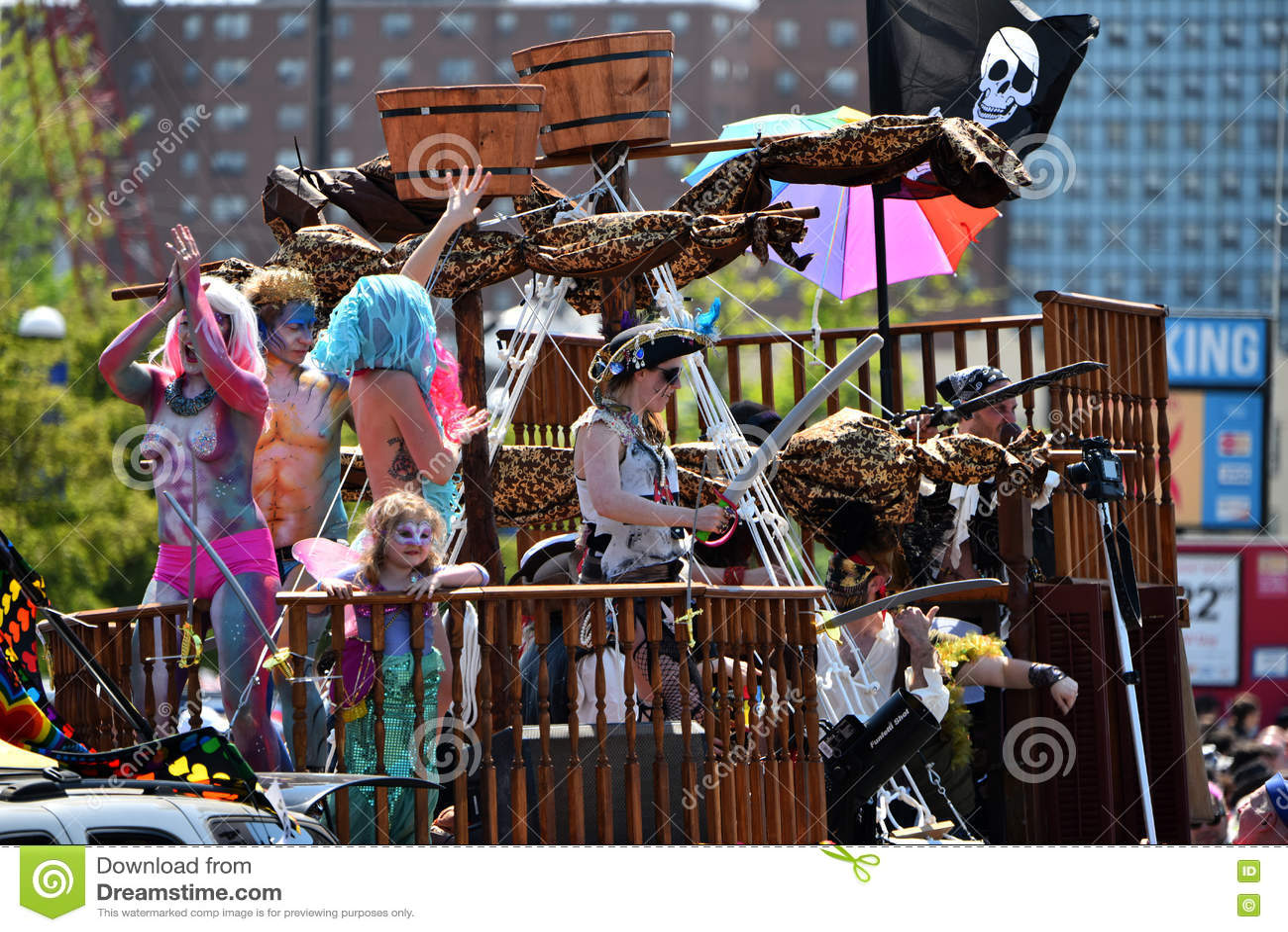 Uczestnicy maszerują w 34th Rocznej syrenki paradzie przy Coney Island