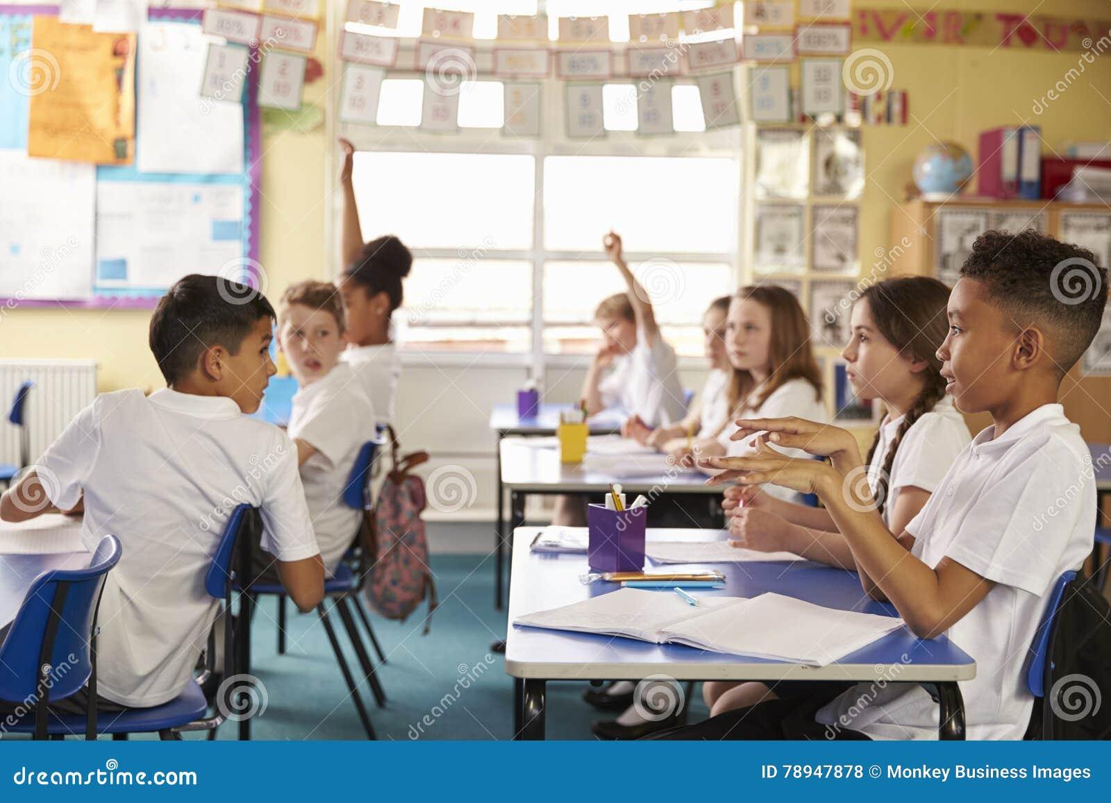 Uczni obracać round w lekci przy szkołą podstawową, boczny widok