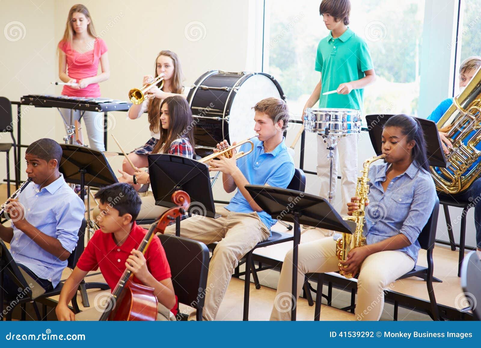 Ucznie Bawić się instrumenty muzycznych W Szkolnej orkiestrze