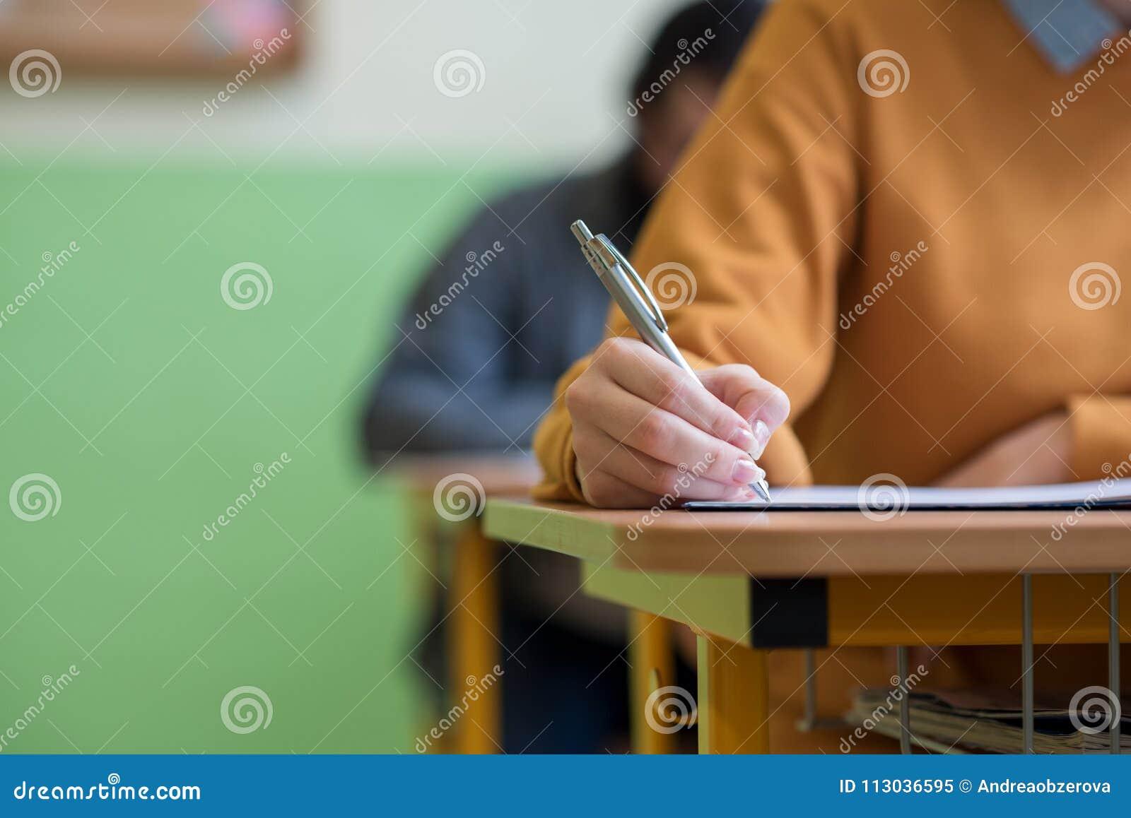 Ucznie bierze egzamin w sala lekcyjnej Edukacja test