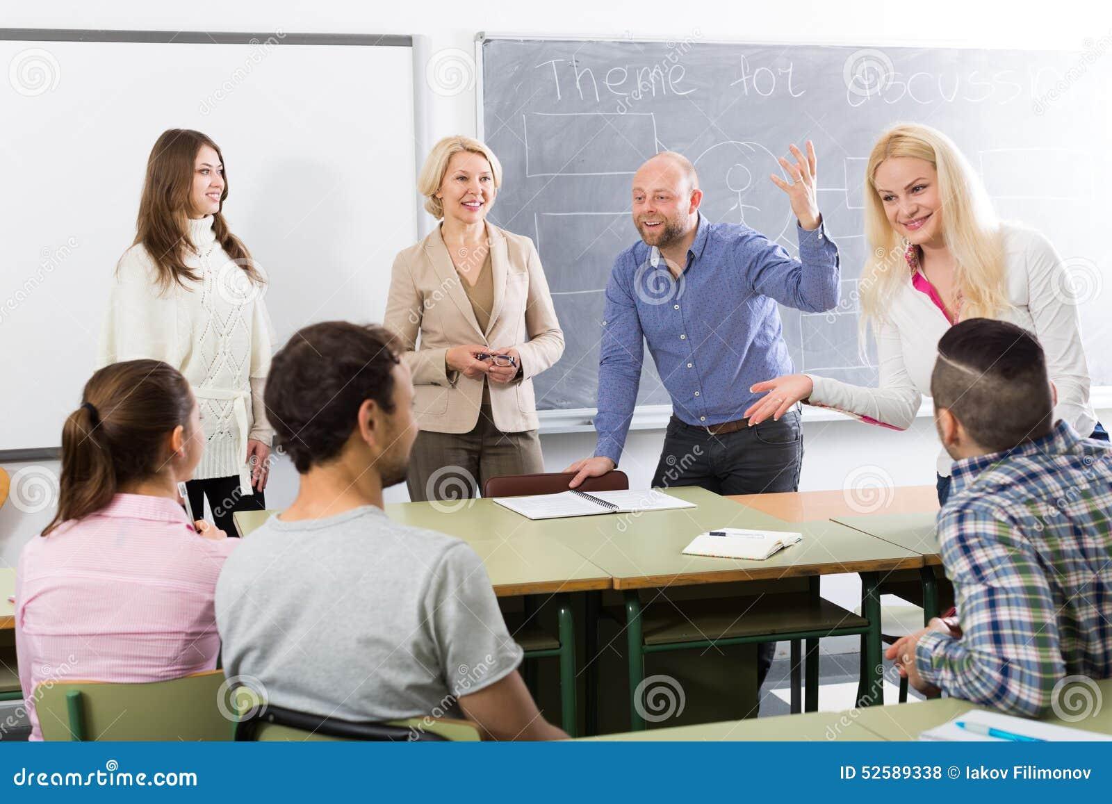 Ucznie gawędzi przy sesją szkoleniowa dla pracowników podczas przerwy