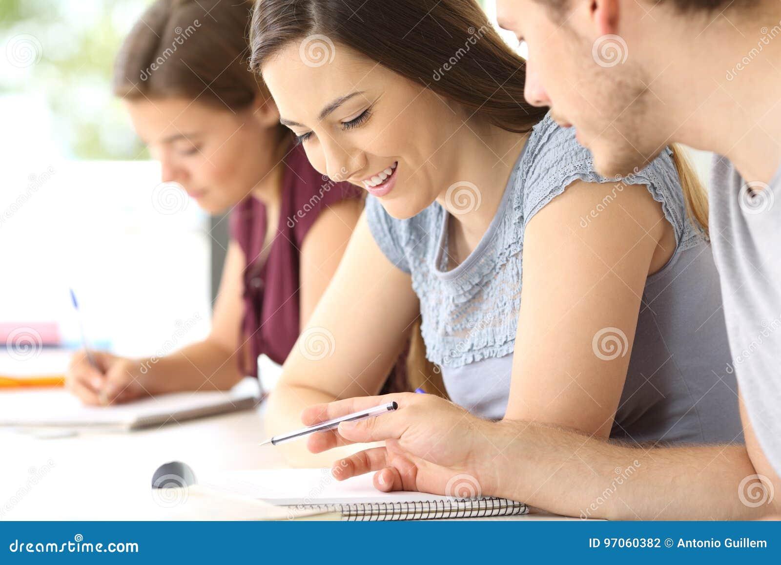 Ucznie opowiada o klasowej pracie przy sala lekcyjną