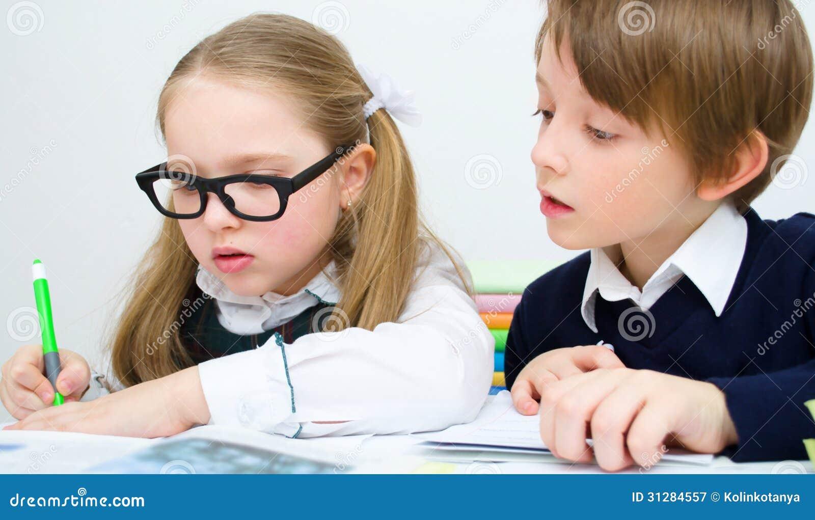 Ucznie pisze przy szkołą