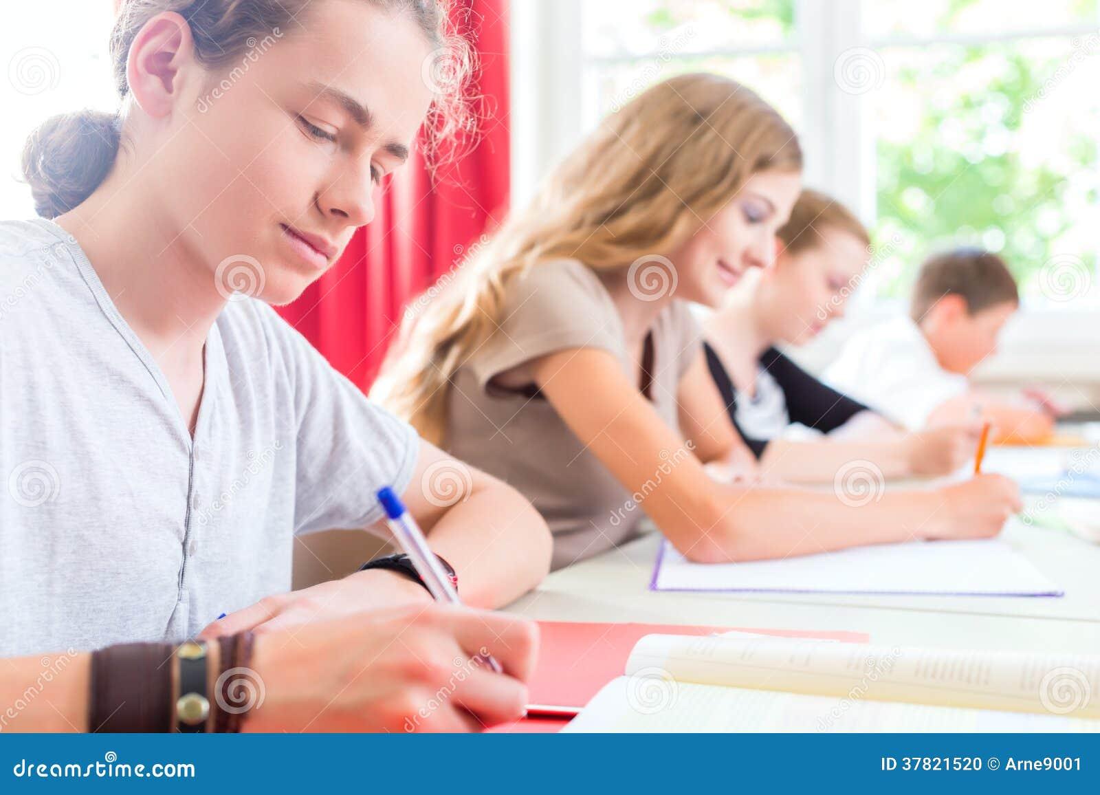 Ucznie pisze tescie w szkolny koncentrować