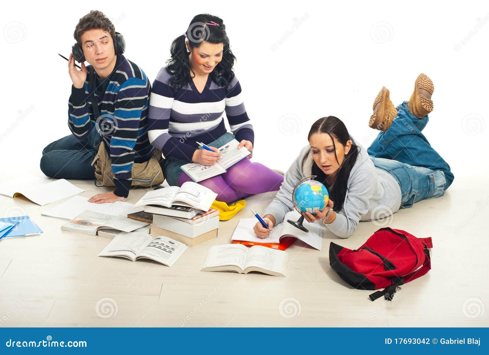 Ucznie robią pracie domowej