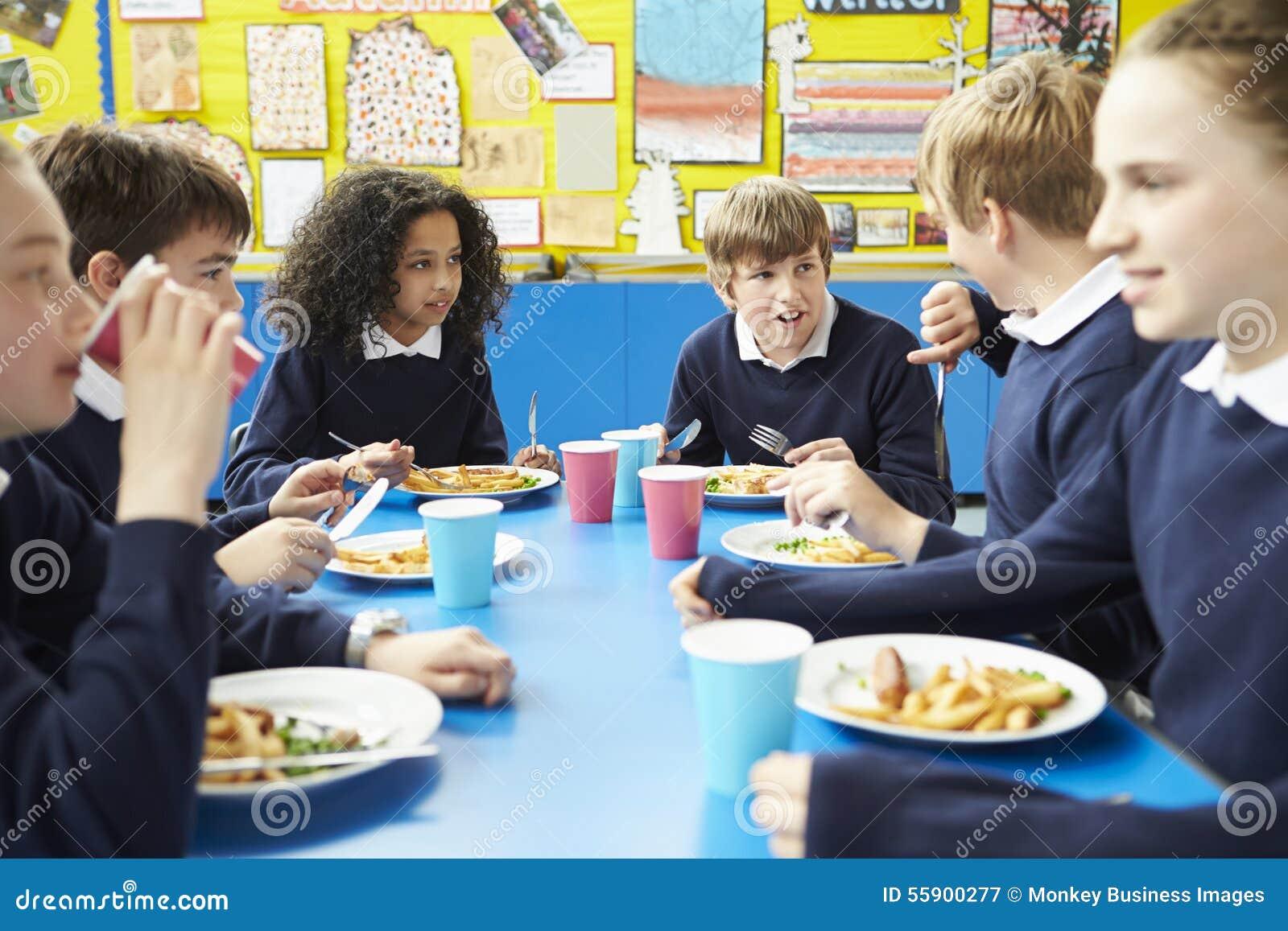 Ucznie Siedzi Przy Stołowy łasowanie Gotującym lunchem