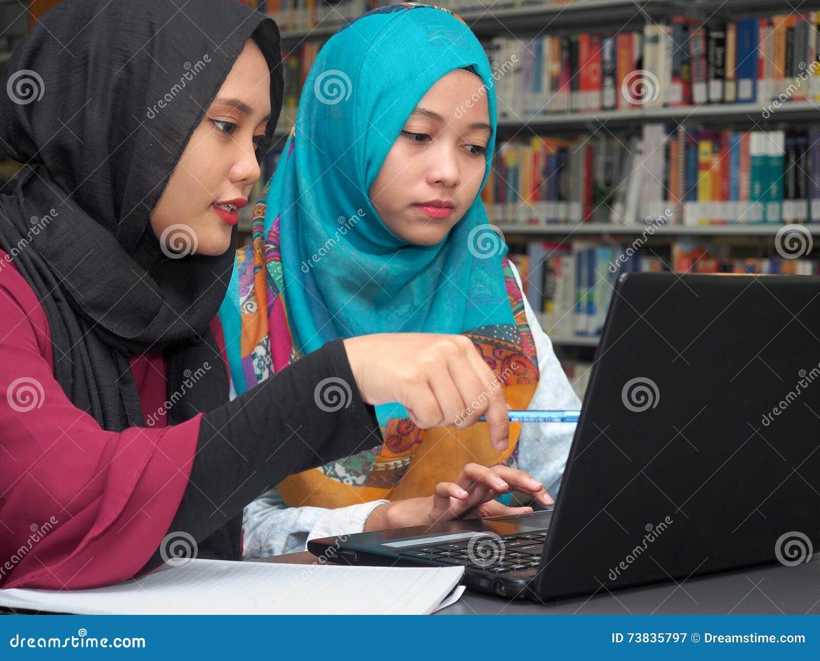 Ucznie studiuje w bibliotece