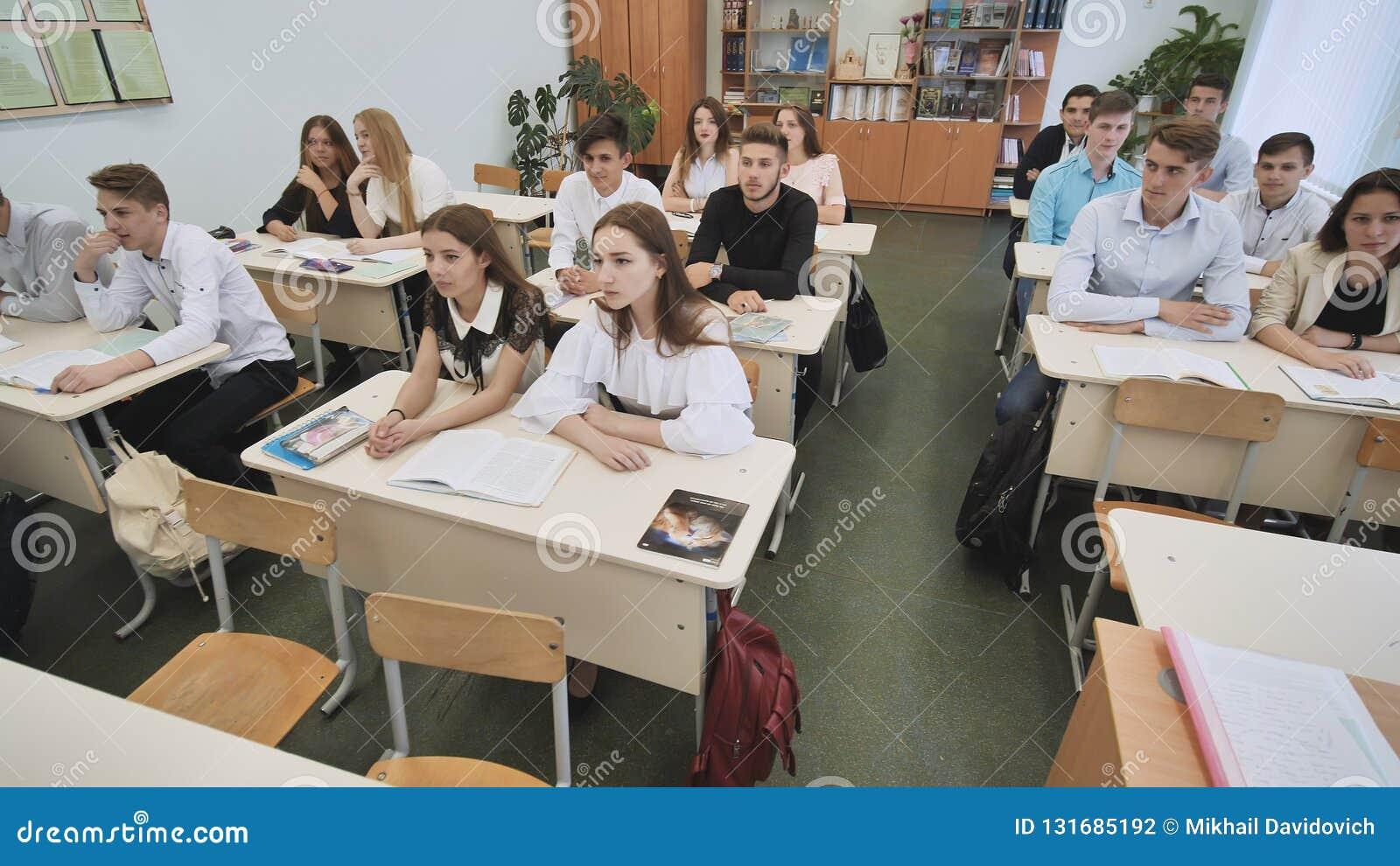 Ucznie w sala lekcyjnej są przyglądający podczas lekci deska