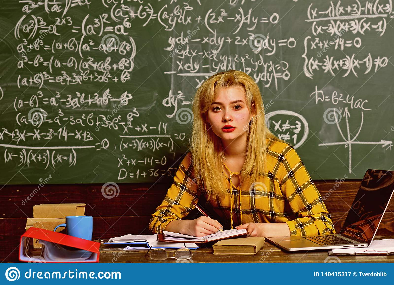 Ucznie zazwyczaj dostają z podnieceniem o materiale Ucznie przygotowywają dla sukcesu ten rok szkolny Nauczyciel w szkłach