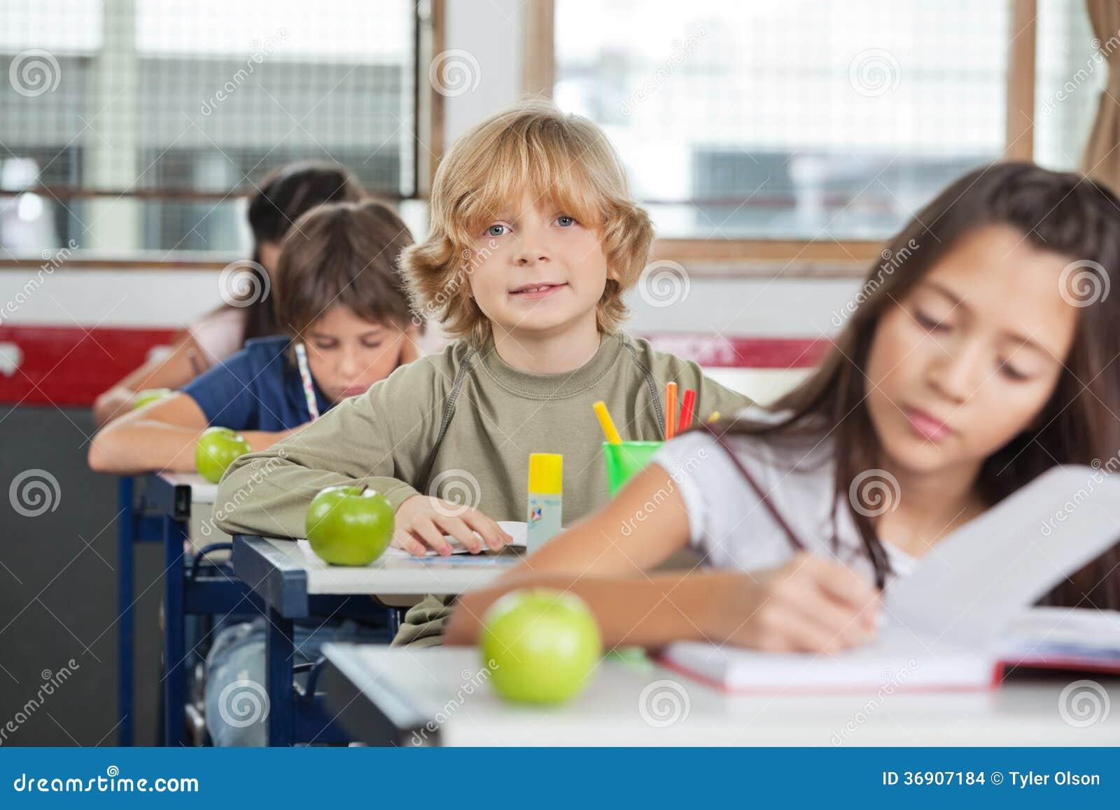 Uczniowski obsiadanie Z kolega z klasy Przy Z Rzędu