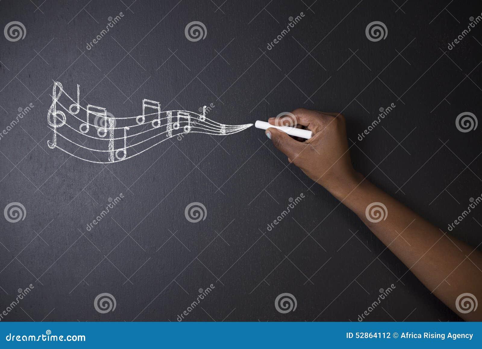 Uczy się muzycznych południe - afrykanin, amerykanina afrykańskiego pochodzenia uczeń z kredowym tłem lub nauczyciel lub