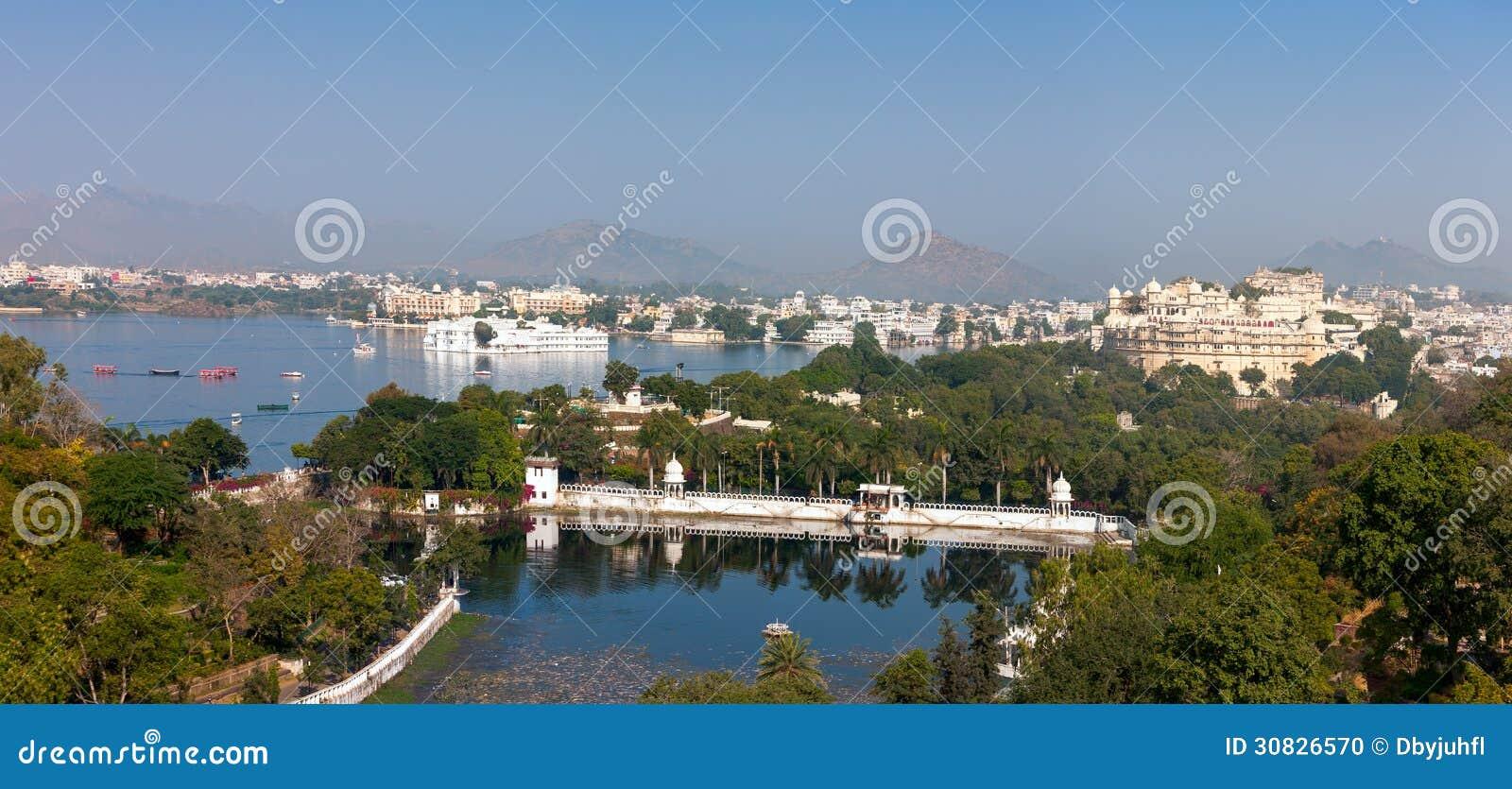 Udaipur. Punto di vista del lago Pichola, palazzo della città e di Taj Lake Palace.