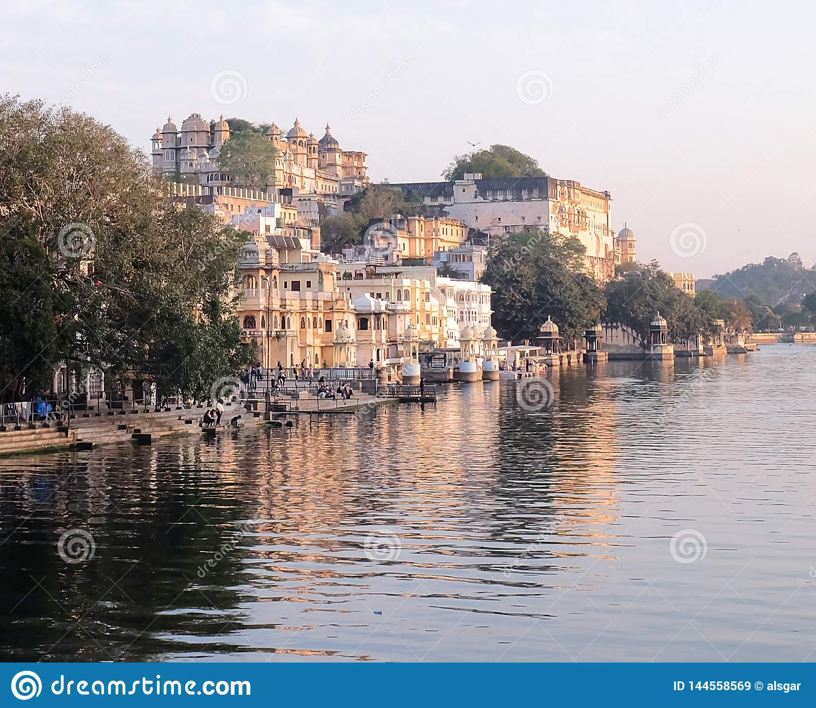 Udaipurs Stadt-Palast vom See Pichola