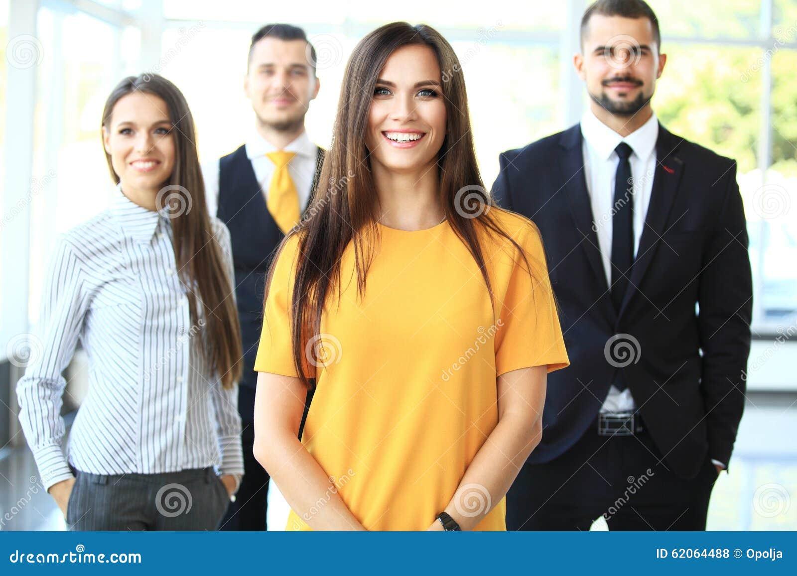 Udana drużyna gospodarczej uśmiechnięta