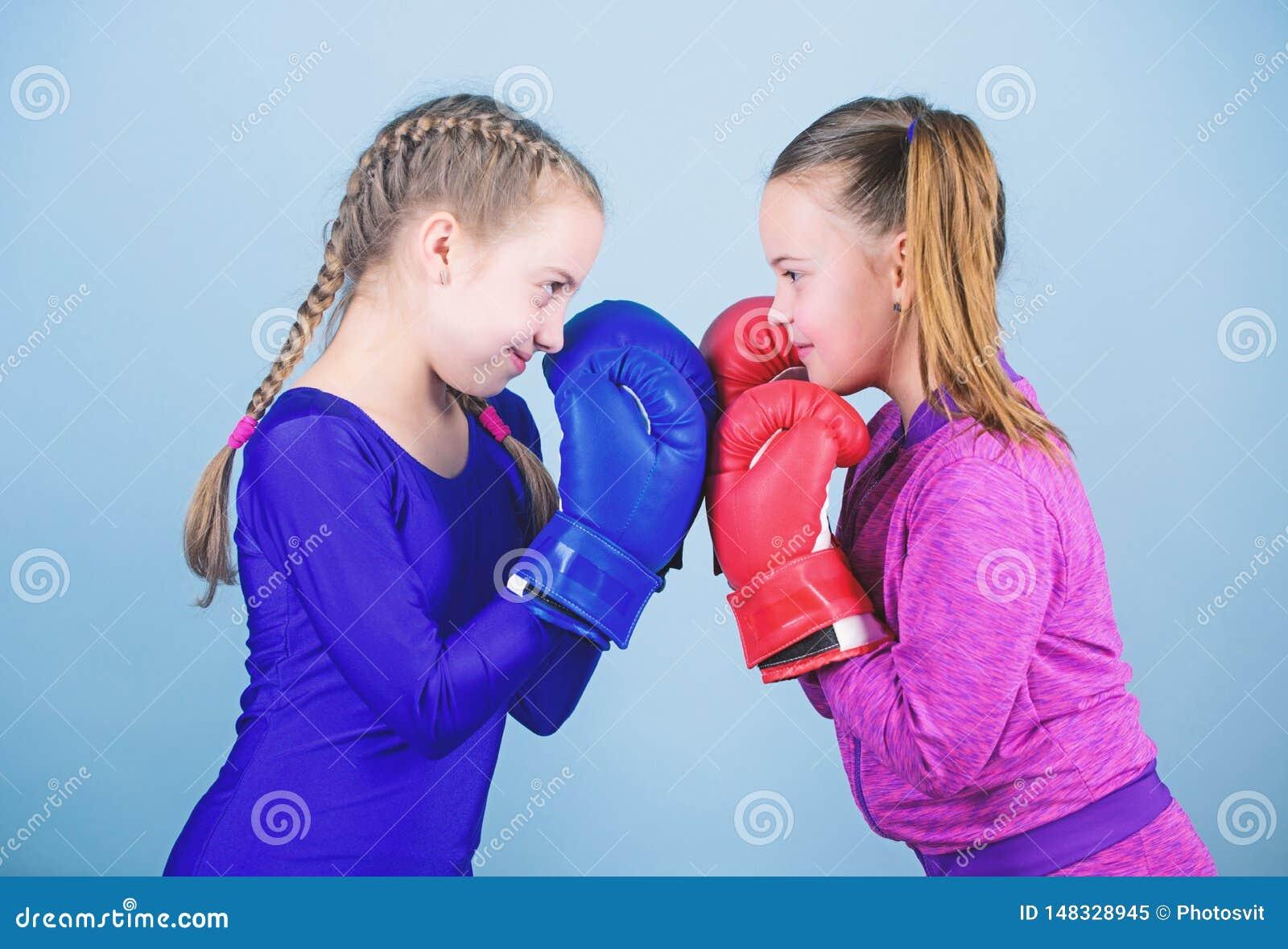 Uderza? pi??ci? nokaut Dzieci?stwo aktywno?? Sprawno?ci fizycznej dieta energetyczni zdrowie trening ma?y dziewczyna bokser w spo
