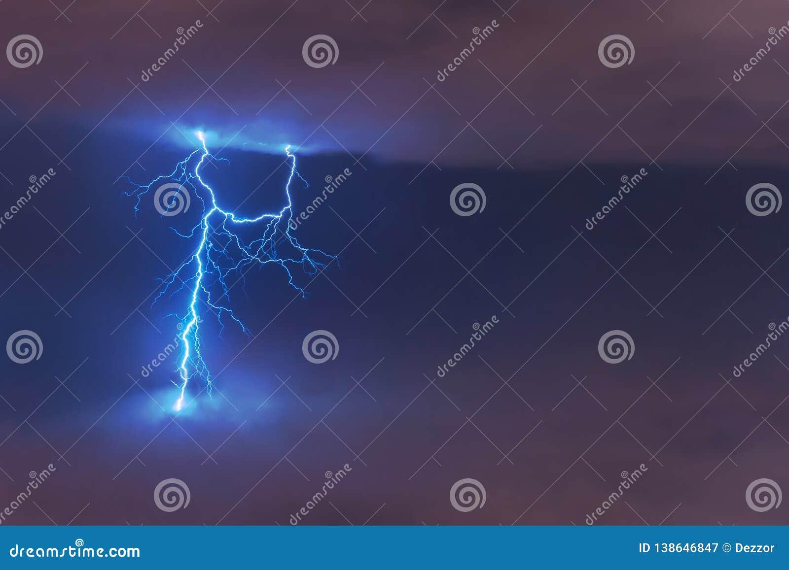 Uderzenie pioruna błysk, elektryczny rozładowanie między chmurami przy nocą