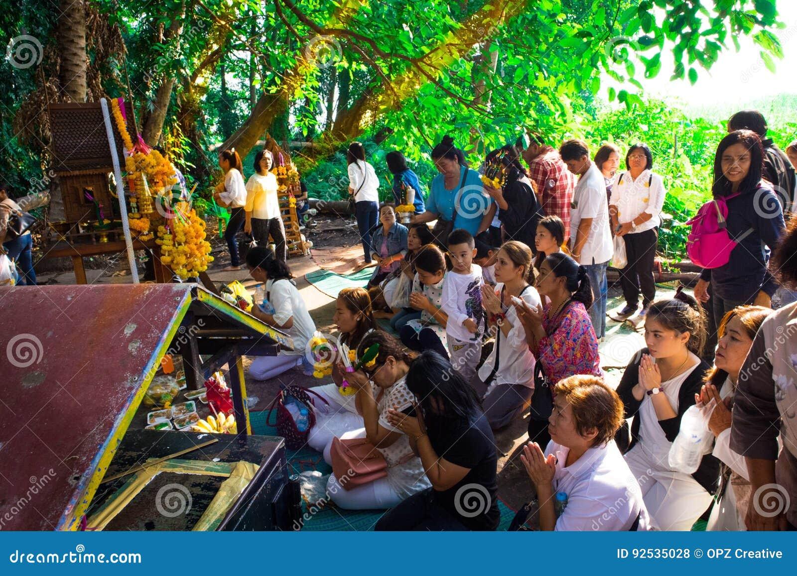 Udon Thani, Thaïlande - 21 mai 2016 : Les gens prient pour le succès de la vie comme tradition thaïlandaise