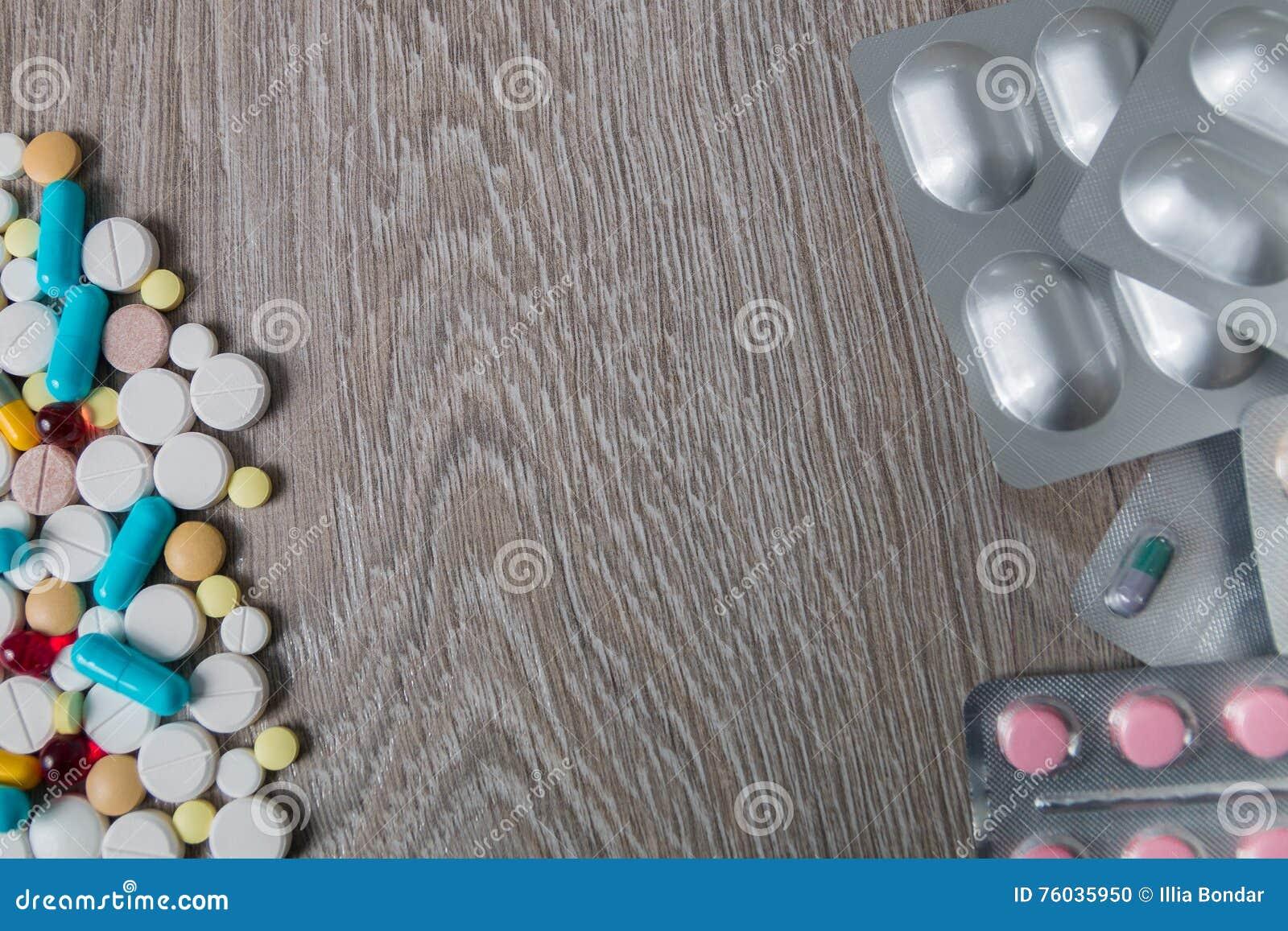 Udział kolorowy lekarstwo i pigułki od above na popielatym drewnianym tle kosmos kopii Odgórny widok, rama Środki przeciwbólowi,