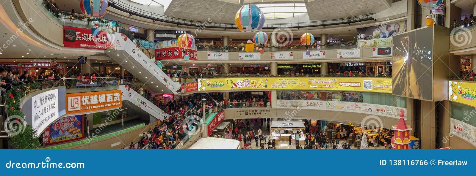 Udziały konsumenci odwiedza dużego centrum handlowe na nowego roku wakacje