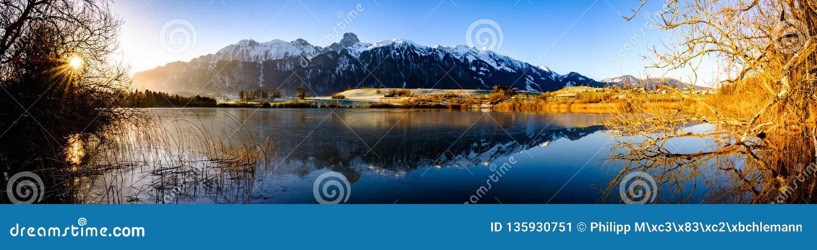 Uebeschisee och Stockhorn i morgonsolen - Schweiz, Europa