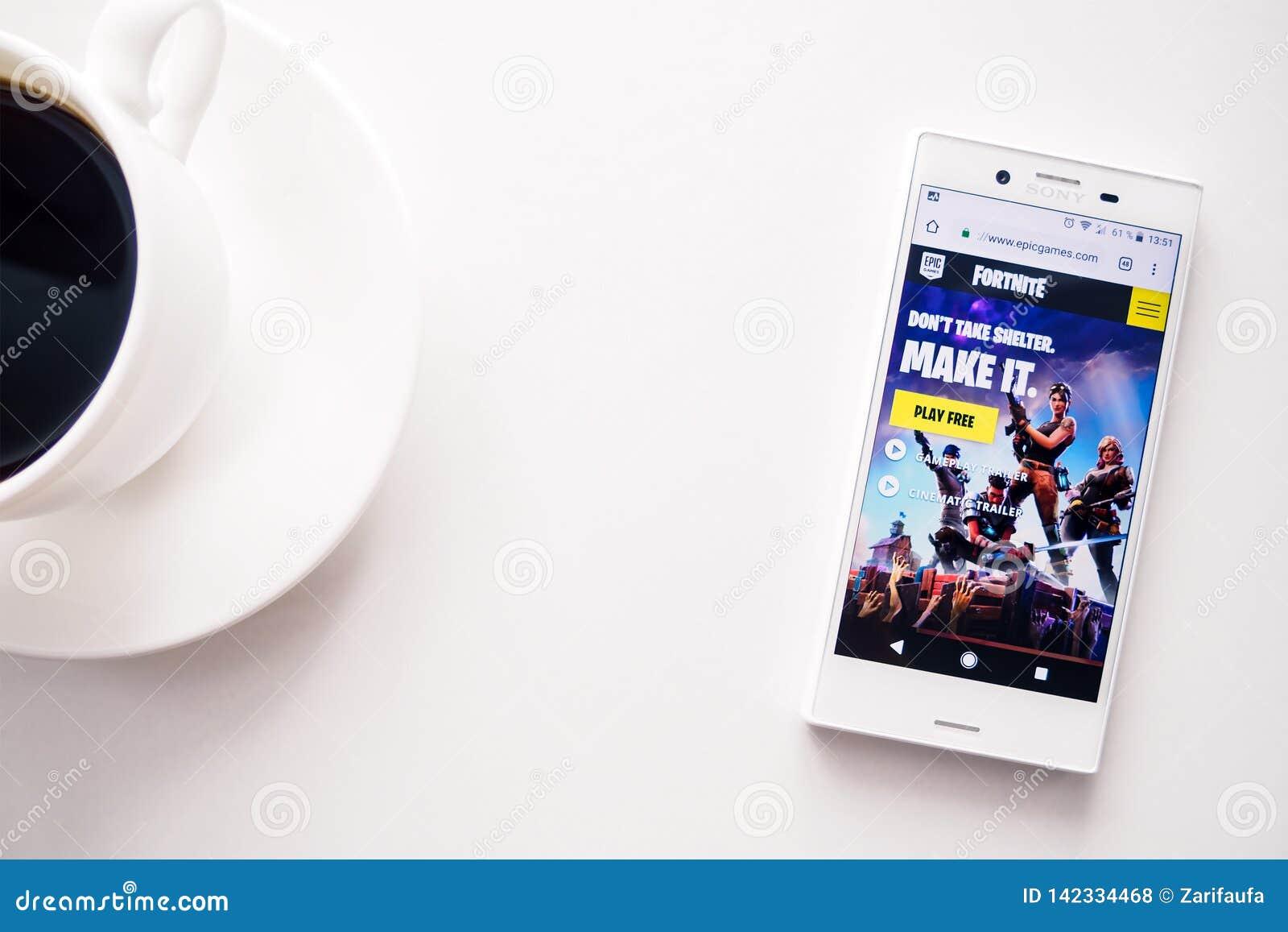 Ufa, Ρωσία - 15 Μαρτίου 2019: η σελίδα έναρξης της περιοχής παιχνιδιών Fortnite στην αρρενωπή οθόνη smartphone, το τηλέφωνο και ο