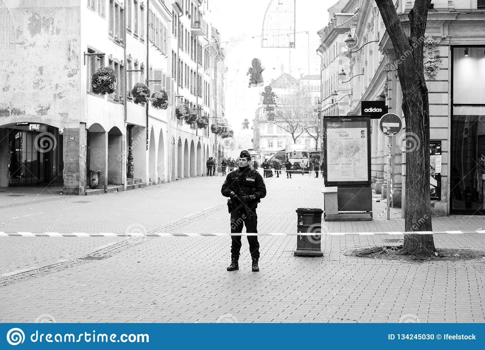 Ufficiale di polizia che surveilling omicidio di Strasburgo dalla zona del terrorista