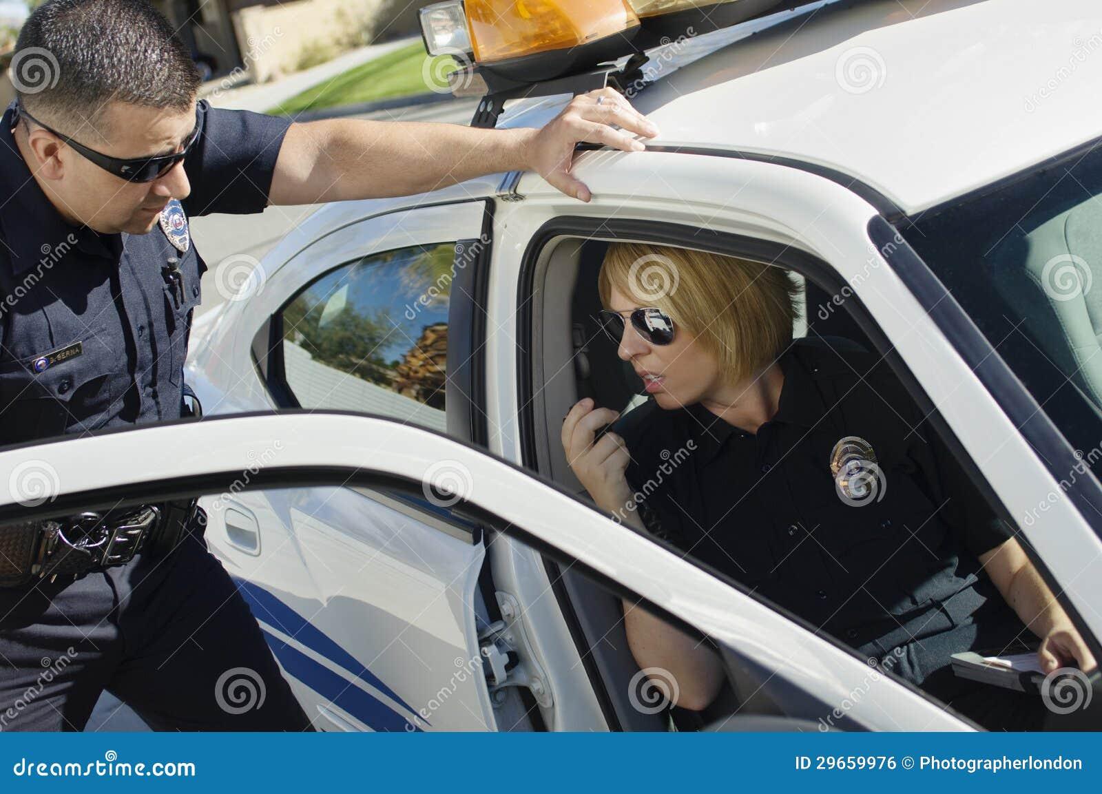 Ufficiale di polizia Looking At Colleague