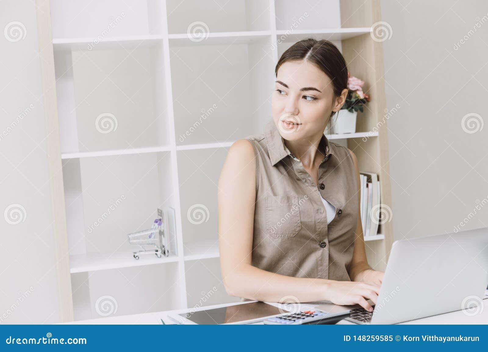 Ufficio astuto della donna di affari che lavora allo scrittorio