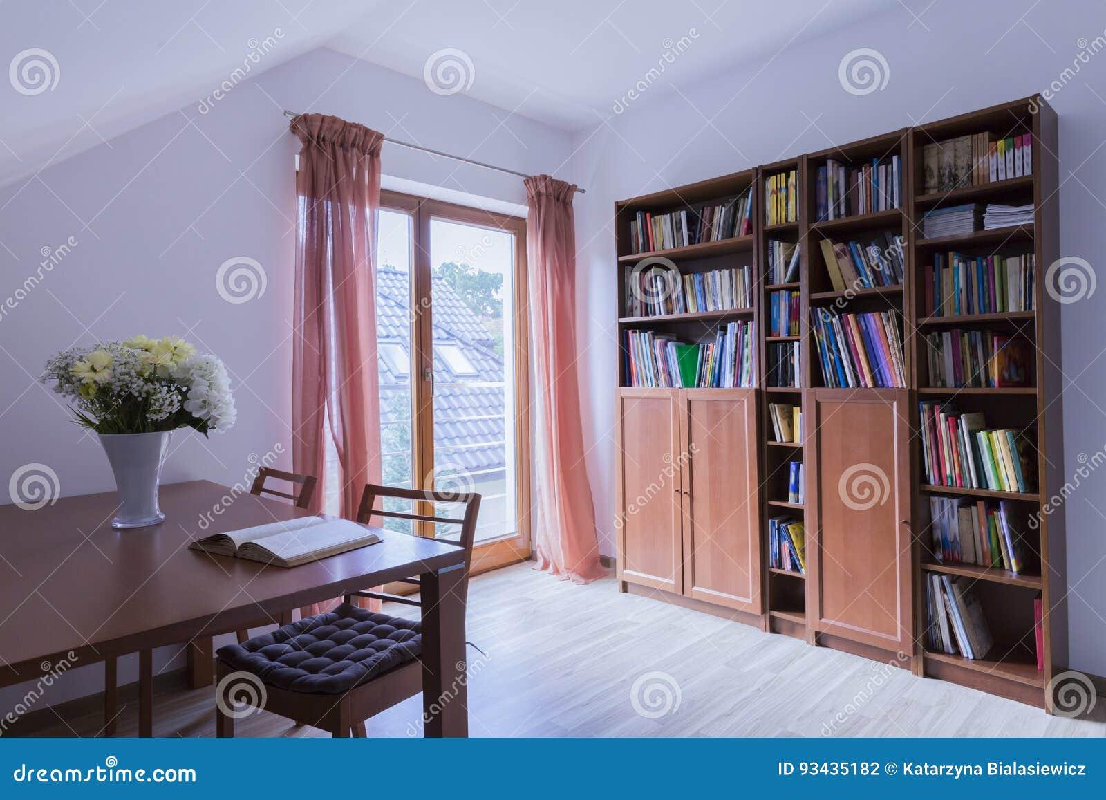 Ufficio Casa Legno : Ufficio con la tavola ed il leggio di legno fotografia stock