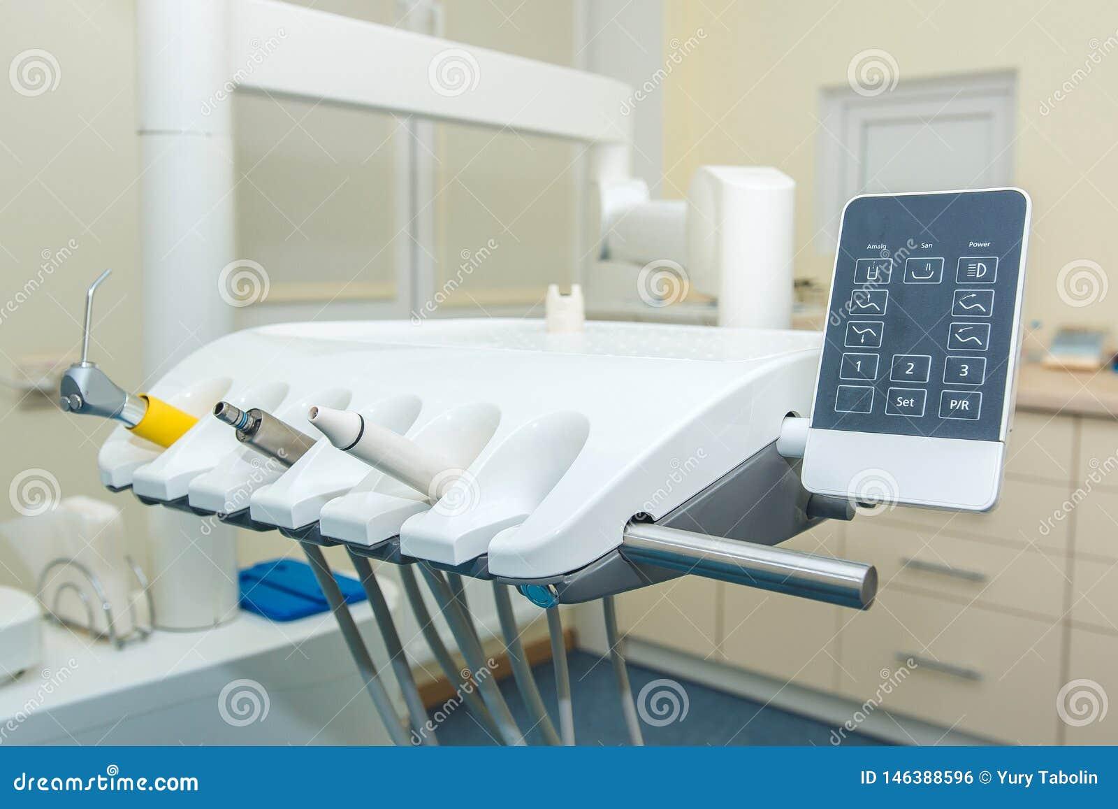 Ufficio dentale Dentista Chair Un insieme degli strumenti dentari