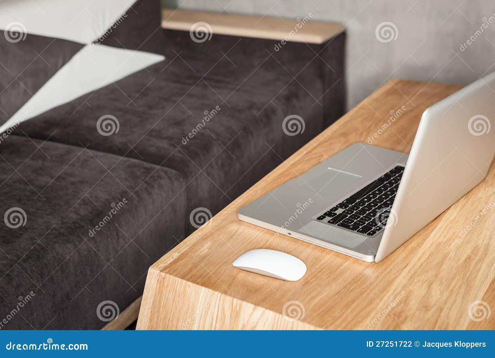 Ufficio Moderno Sa : Ufficio moderno del salotto con il computer portatile fotografia