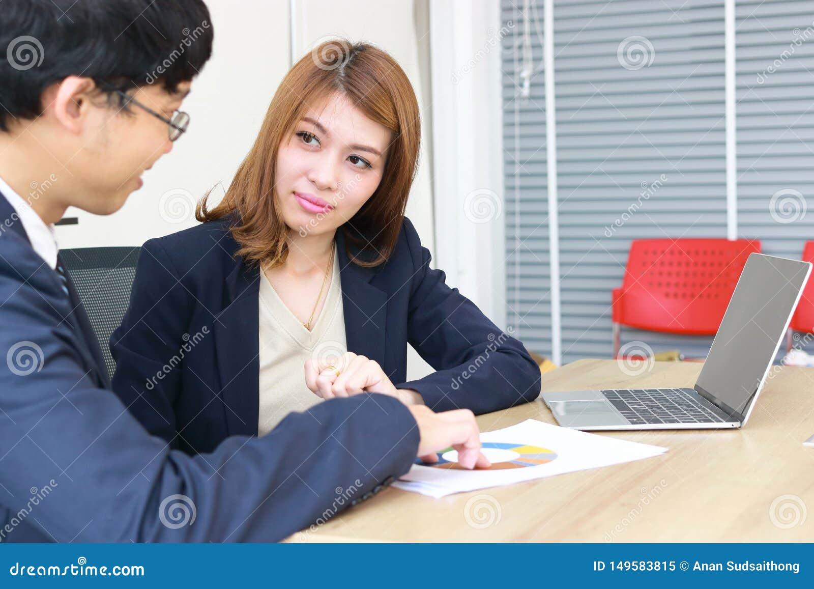 Ufna m?oda Azjatycka inwestorskiego advisor biznesowa kobieta dyskutuje jej klient