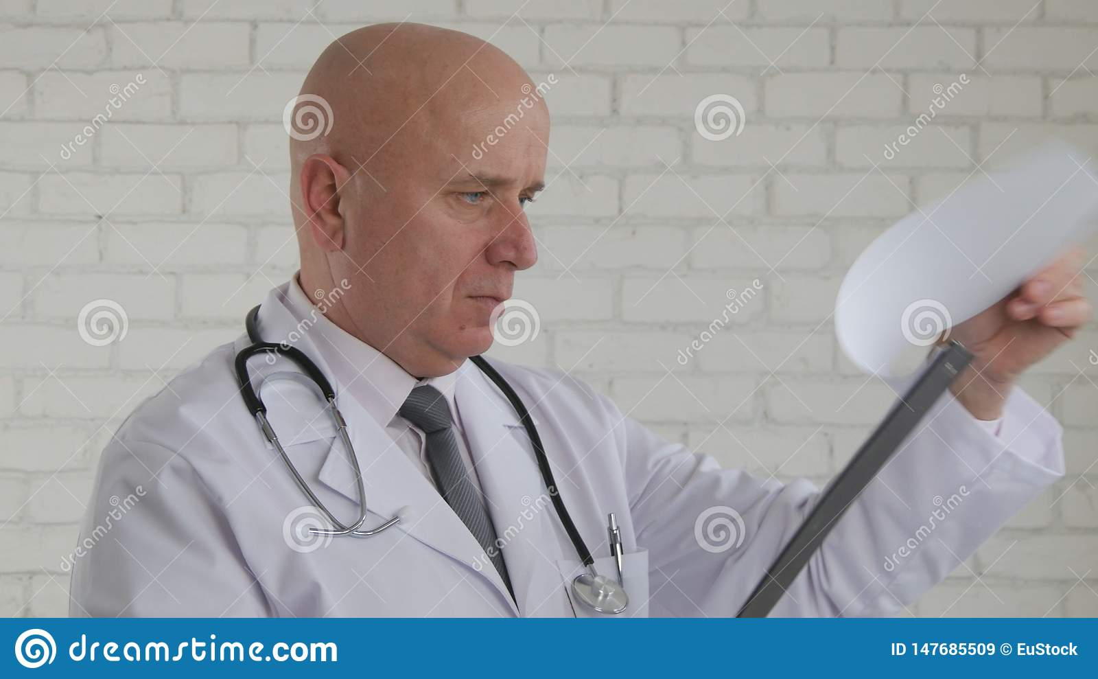 Ufnego Doktorskiego wizerunku Czytelniczy badania medyczne w Szpitalnym klinika pokoju
