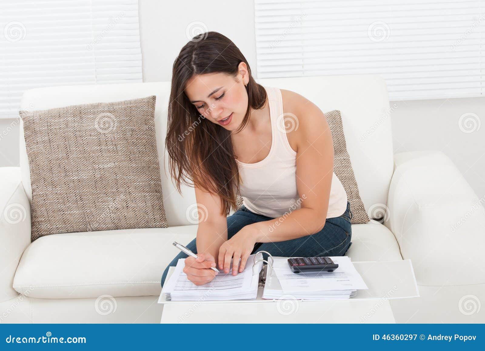 Ufni kobiety cyrklowania domu finanse przy stołem