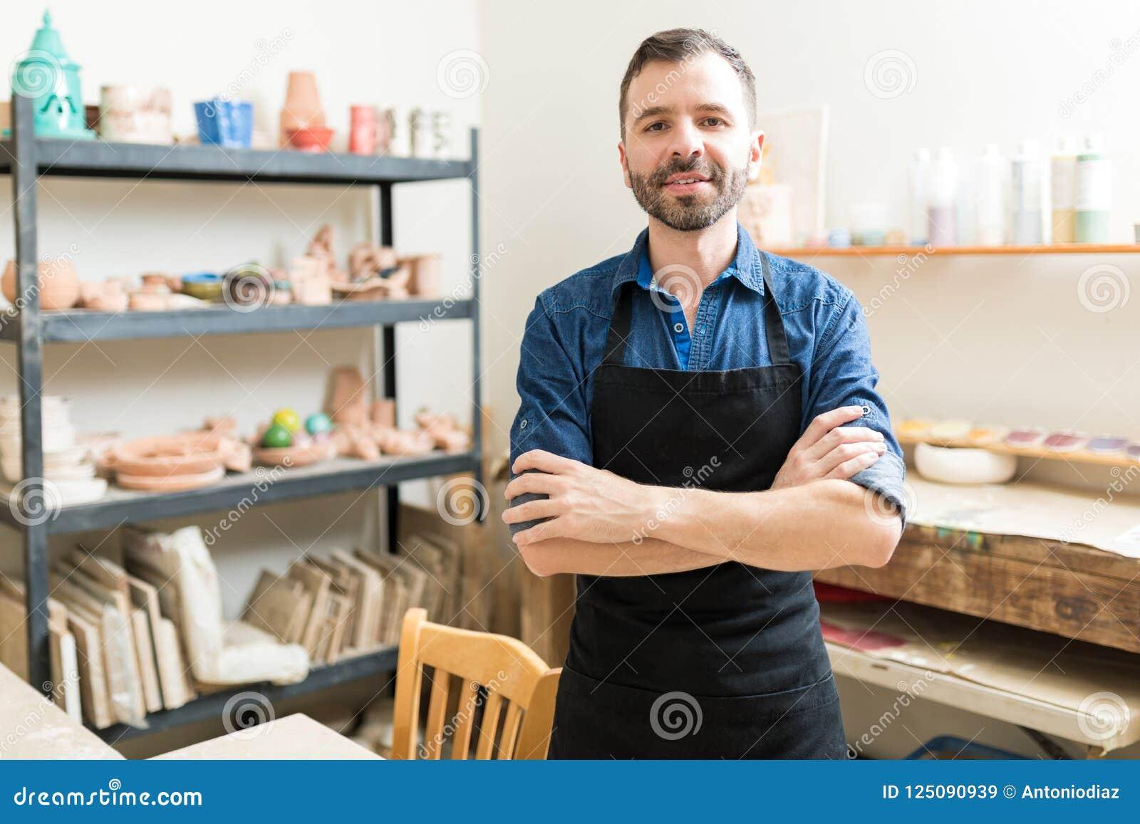 Ufny Ceramiczny producent Jest ubranym fartucha W warsztacie
