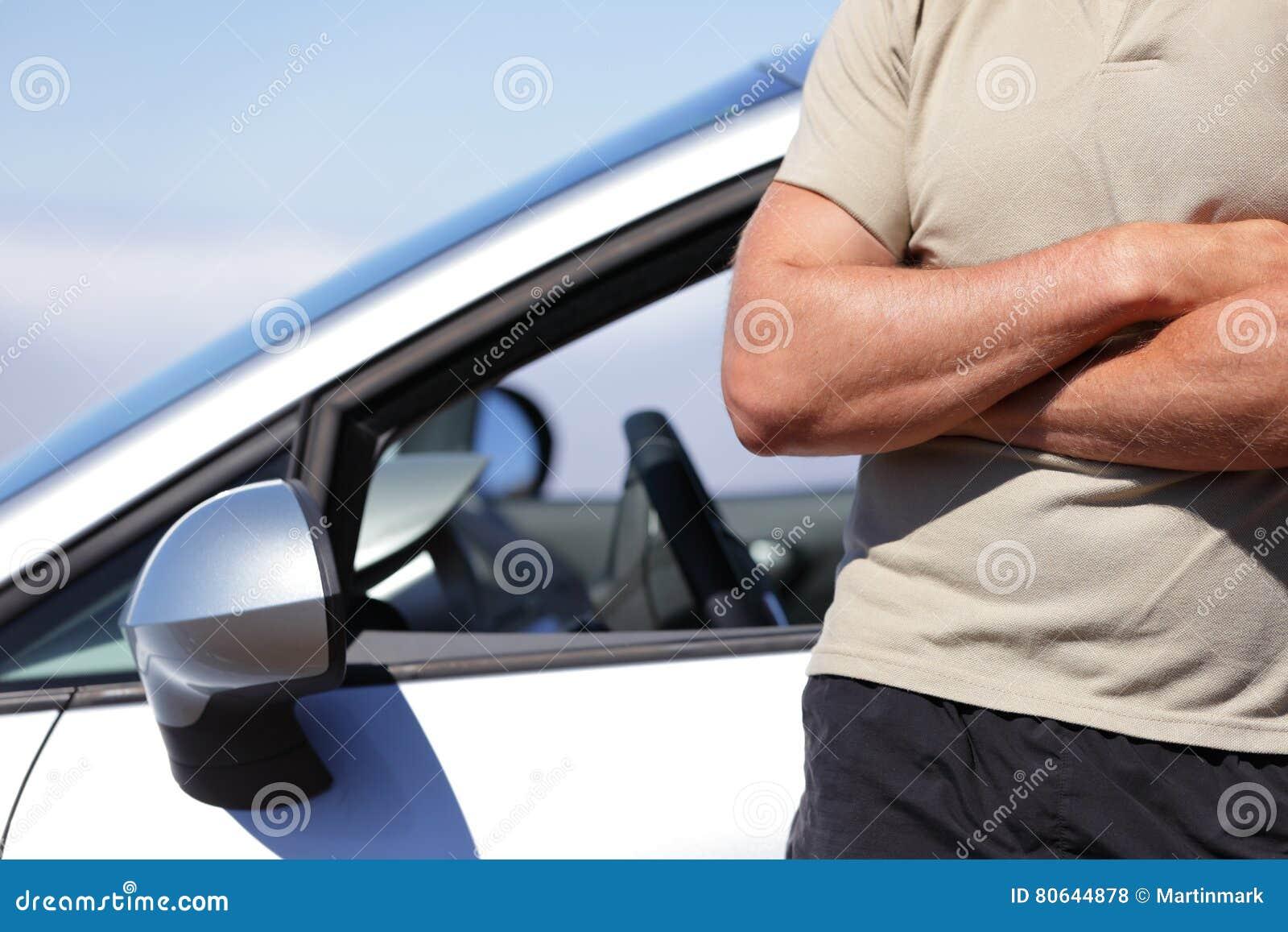 Ufny mężczyzna kierowca jedzie nowego samochodowego pojęcie