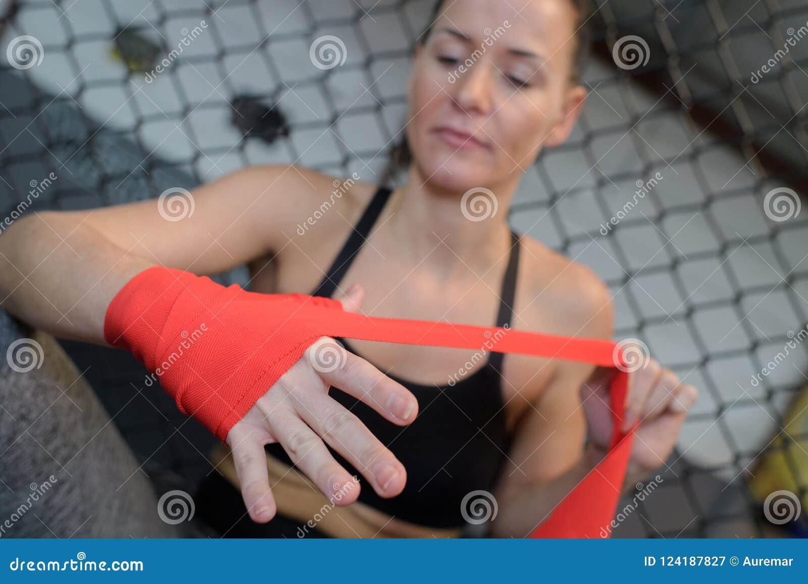 Ufny młody żeński bokser jest ubranym patkę na nadgarstku