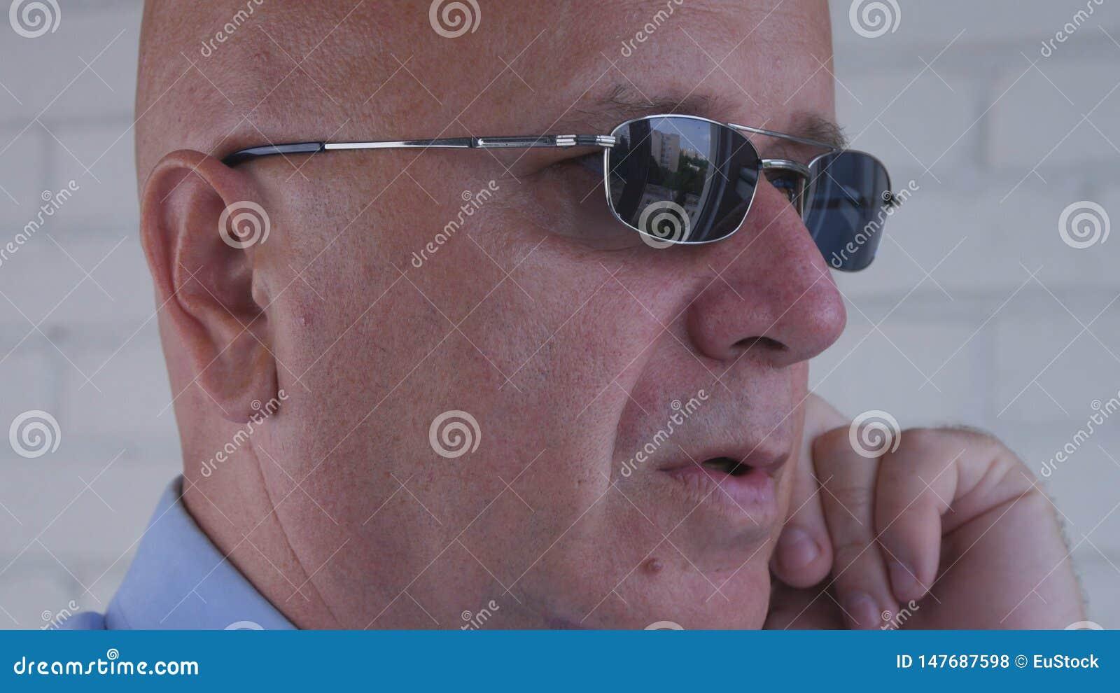 Ufny ochroniarza wizerunek Używać Dyskretnych ucho telefony dla komunikacji