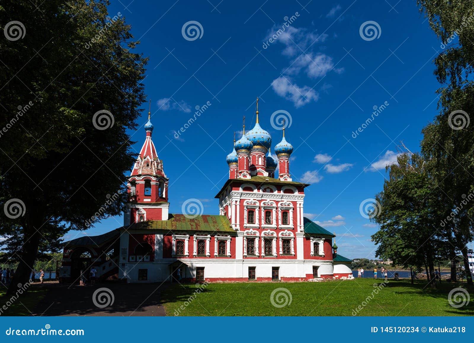 Uglich, Rusland - Augustus 11, 2018: Kerk van St Dmitry op het Bloed Mooie Orthodoxe Kerk op de banken van Volga, het Kremlin