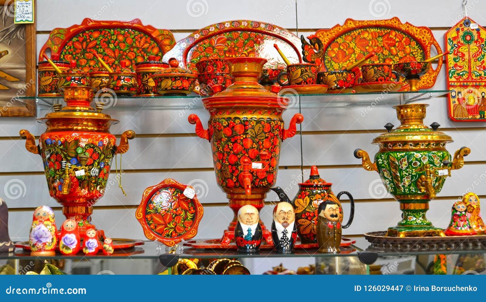 Uglich, Rusland Verkoop van voorwerpen met Khokhloma-het schilderen in giftwinkel