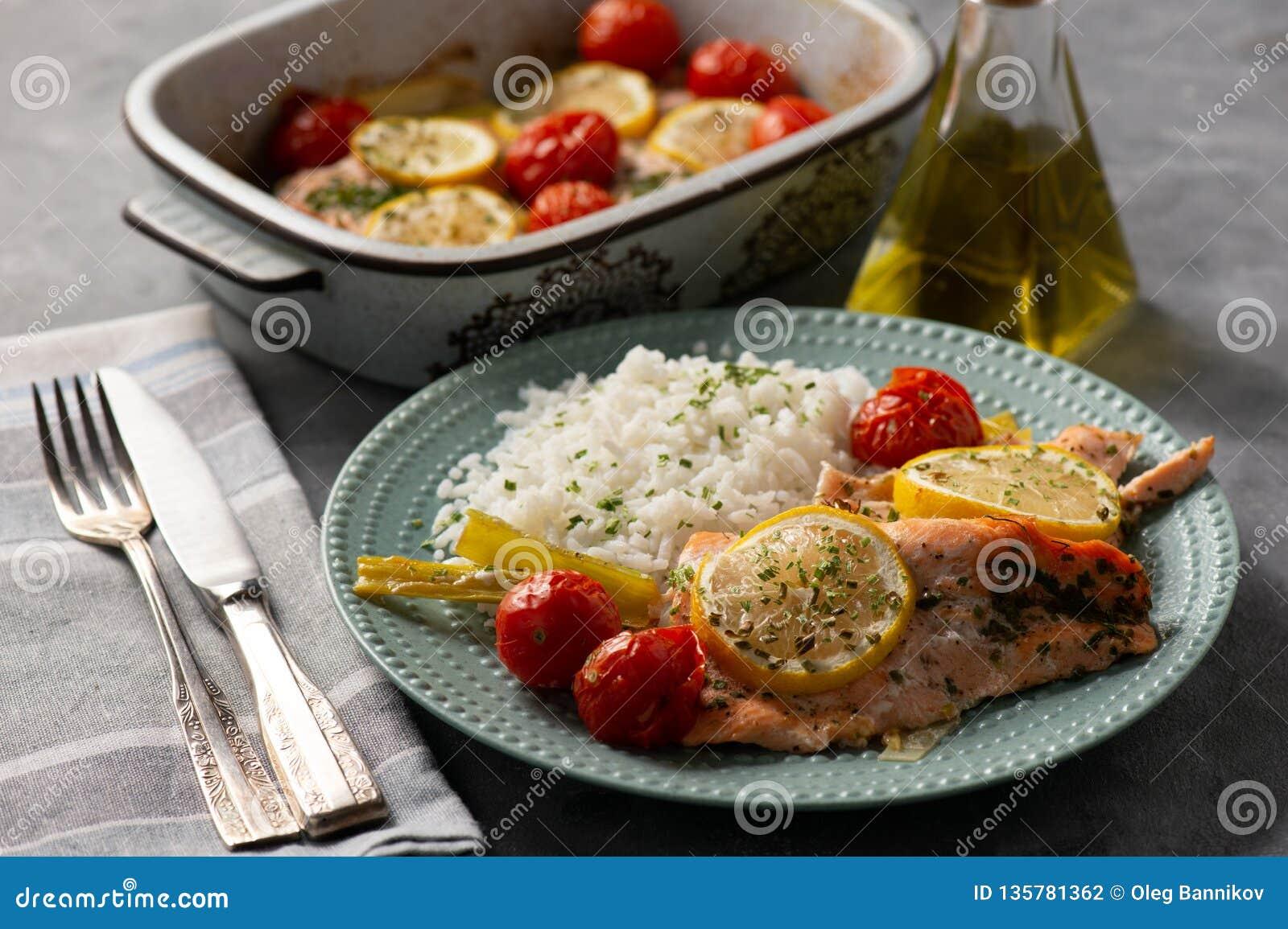 Ugnen bakade laxen med purjolöken och tomater som tjänades som med kokta ris