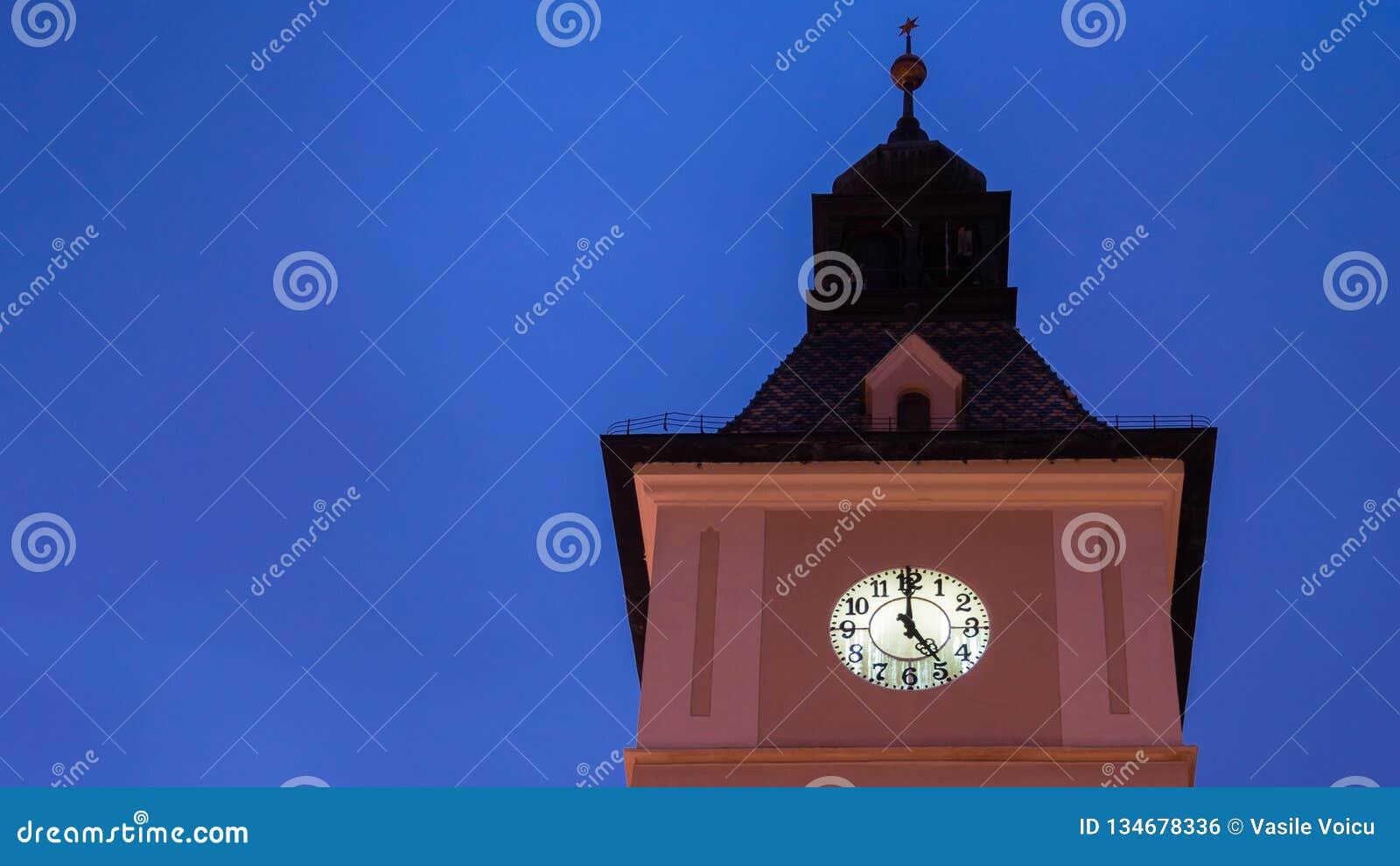 5 Uhr auf der Turmuhr unter dem blauen Himmel