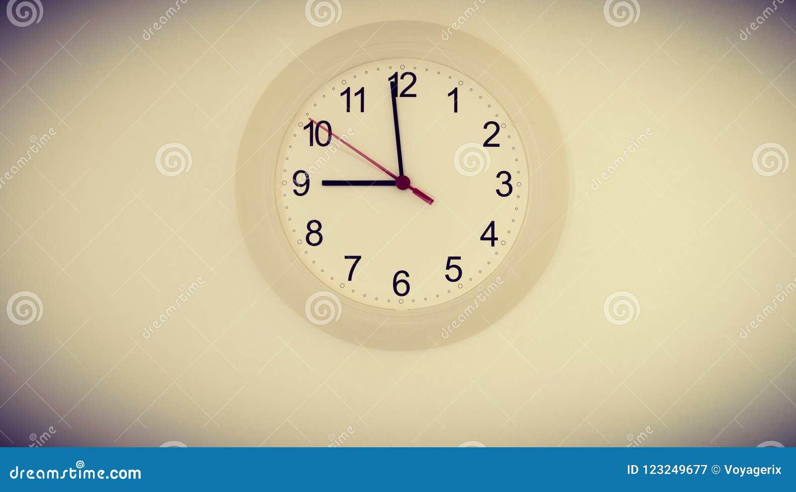 Uhr Auf Der Wand, Die Neun Stunden Zeigt Stockbild - Bild