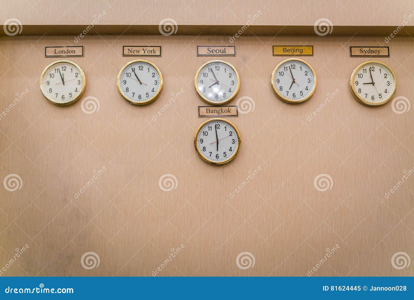 uhren zeigt verschiedene zeitzonen auf alter wand stockbild bild von ideen stichtag 81624445. Black Bedroom Furniture Sets. Home Design Ideas