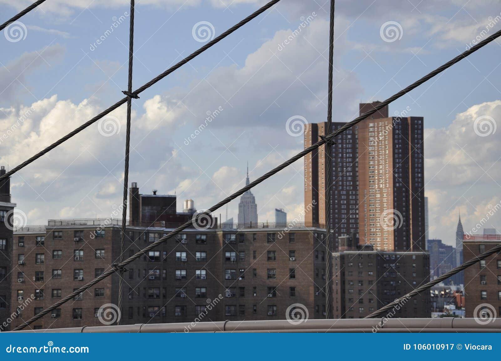 Uit het stadscentrum Manhattan van de Brug van Brooklyn over de Rivier van het Oosten van de Stad van New York in Verenigde State