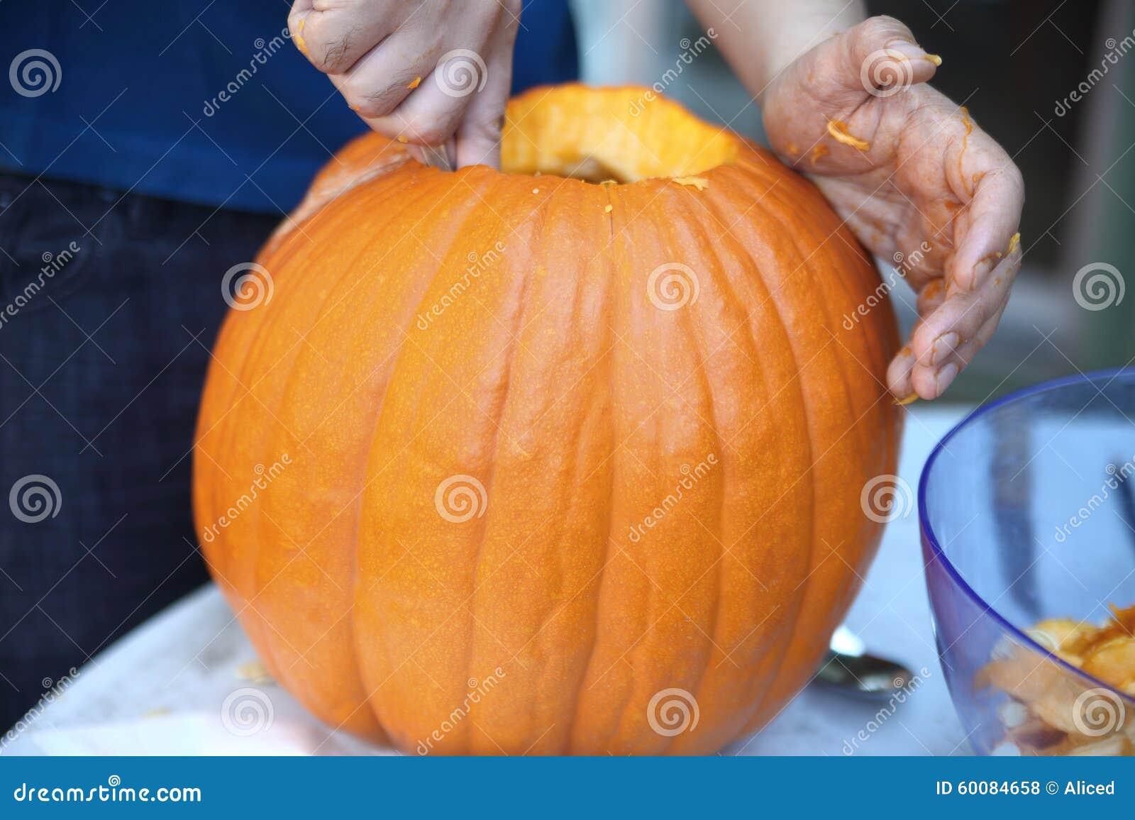 Uithollen Pompoen Halloween.Uit Het Uithollen Van Een Halloween Pompoen Voor Het Snijden