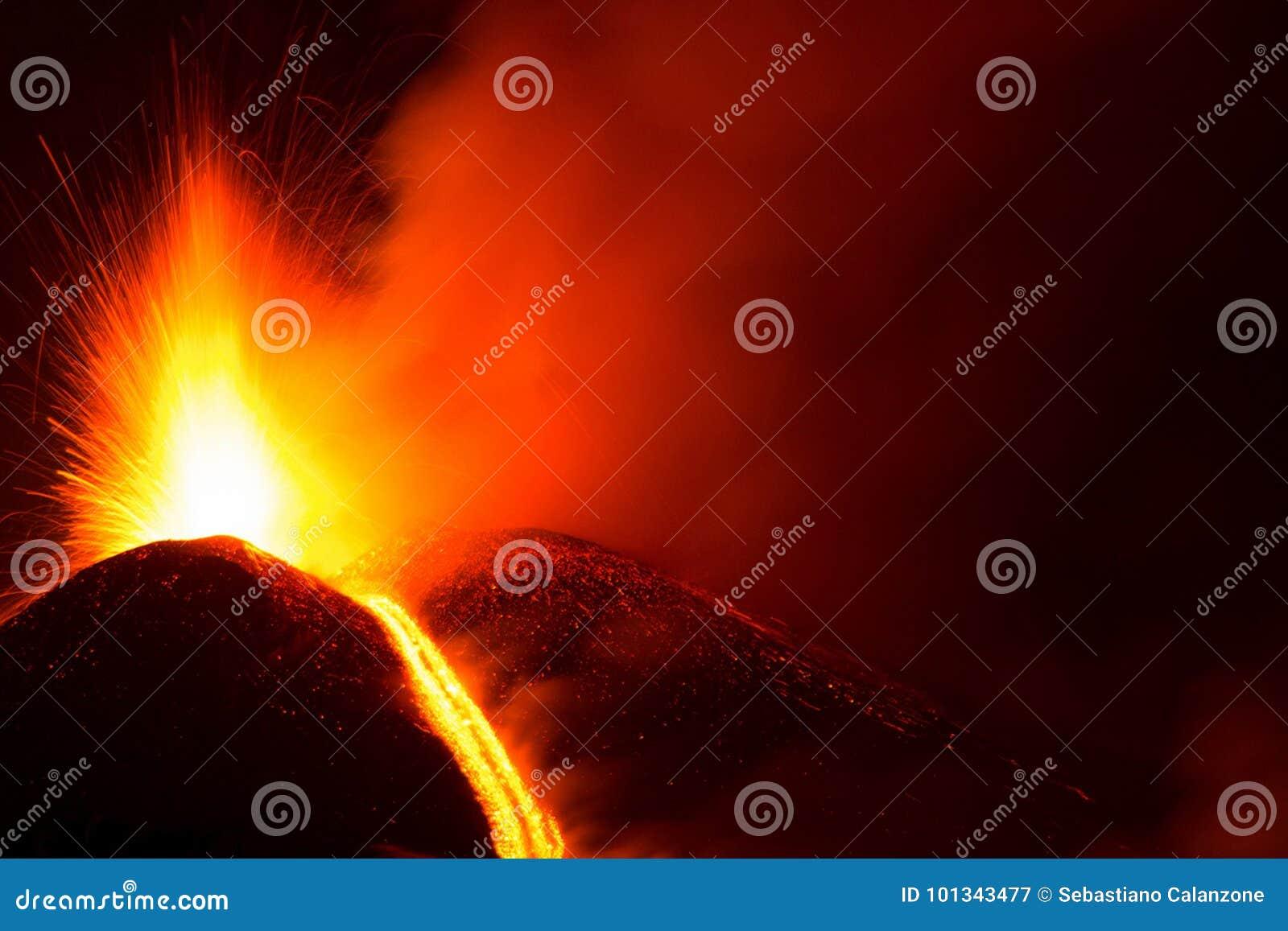 Uitbarsting bij de actieve krater van de vulkaan van Etna met lavaexplosie