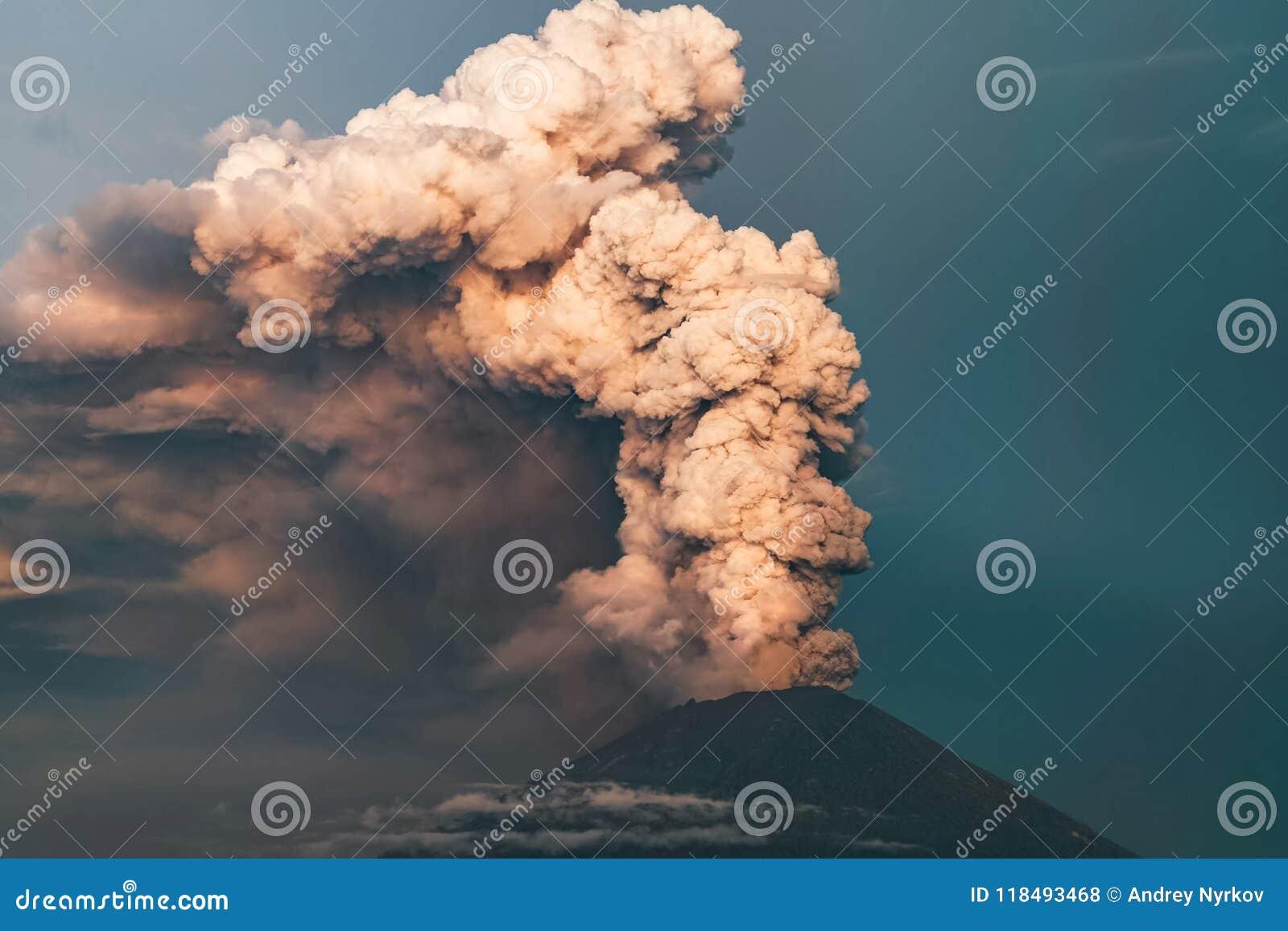 Uitbarsting Clubs van rook en as in de atmosfeer