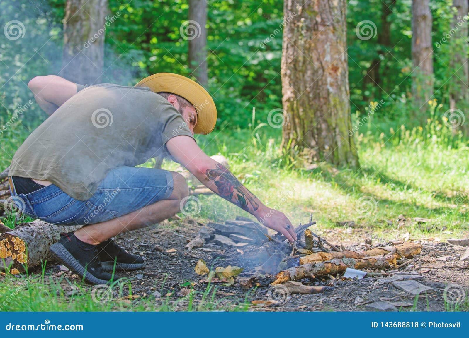 Uiteindelijke gids voor vuren Schik de houttakjes of de houten stokken die zich als een piramide bevinden en plaats onder de blad